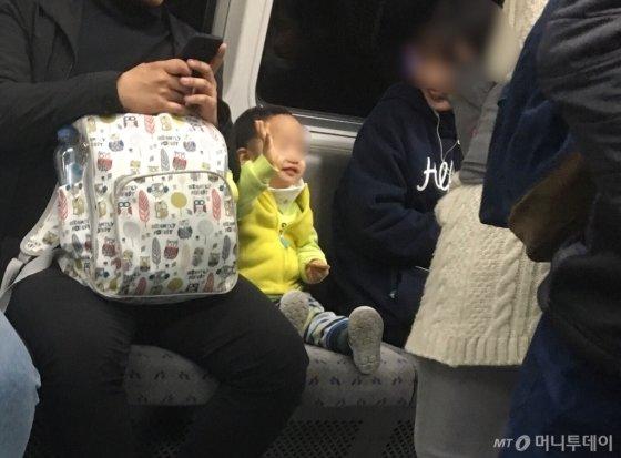 지하철 안에서 아무 일 없이 웃는 건 이 아이 뿐이었다./사진=남형도 기자