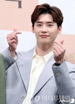 (서울=뉴스1) 권현진 기자 = 배우 이종석이 21일 서울시 강남구 임피리얼팰리스 서울에서 열린 tvN 새 토일드라마 '로맨스는 별책부록' 제작발표회에 참석해 포즈를 취하고 있다.  '알함브라 궁전의 추억' 후속으로 오는 26일 첫 방송되는 tvN 토일드라마 '로맨스는 별책부록'은 출판사를 배경으로 책을 만드는 사람들의 이야기를 그린 로맨틱 코미디다. 2018.1.21/뉴스1  <저작권자 © 뉴스1코리아, 무단전재 및 재배포 금지>