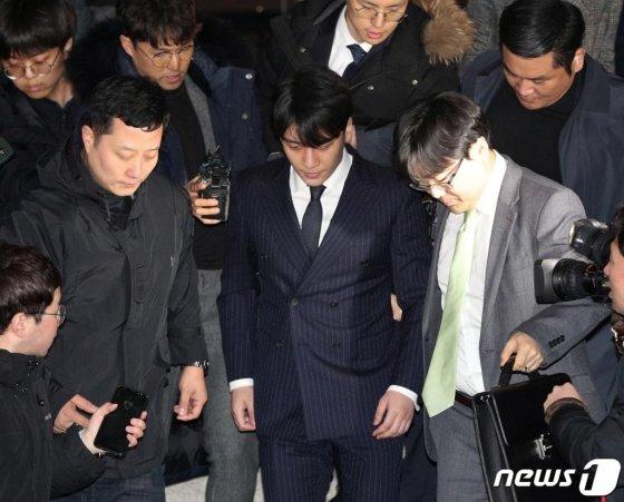 해외 투자자 성접대 의혹을 받고 있는 가수 승리(본명 이승현)가 15일 새벽 서울 종로구 서울지방경찰청에서 피의자 신분 조사를 마친 후 귀가하고 있다./사진=뉴스1