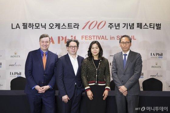 LA 필하노믹 오케스트라가 창단 100주년을 맞아 펼치는 서울 공연에 앞서 15일 열린 기자간담회에서 관계자들이 사진 촬영에 나서고 있다. 왼쪽부터 사이먼 우즈 LA 필하모닉 CEO, 구스타보 두다멜 LA필하모닉 음악 감독,  에스더 유 바이올리니스트, 김용관 마스트 미디어 대표. /사진제공=마스트미디어<br />