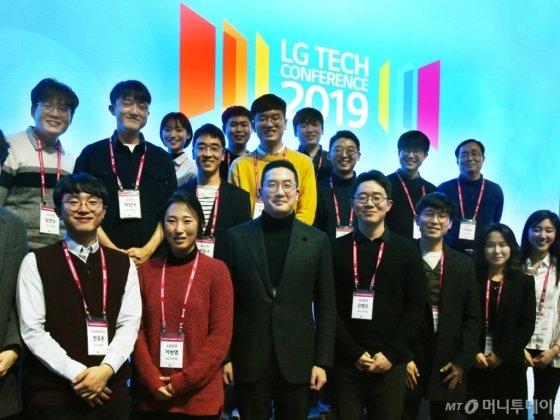 지난달 13일 오후 서울 강서구 마곡 LG사이언스파크에서 열린 'LG 테크 컨퍼런스'에서 구광모 LG그룹 회장(앞줄 왼쪽 세번째)이 초청된 이공계 인재들과 함께 기념사진 촬영을 하고 있다./사진제공=LG