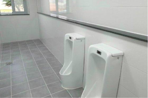 한 온라인커뮤니티에서 남성 화장실 소변기가 부족하게 설치됐음에도 불구하고 현행 법 때문에 더 설치하지 못한다는 주장이 제기돼 논란이 됐다./사진=온라인커뮤니티 캡처