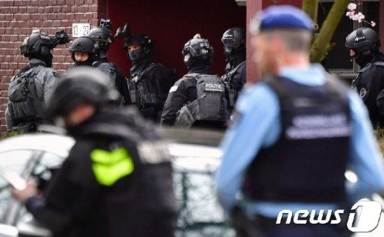 네덜란드 경찰이 18알(현지시간) 총격사건이 벌어진 위트레흐트시에 출동해 조사를 벌이고 있다. © AFP=뉴스1