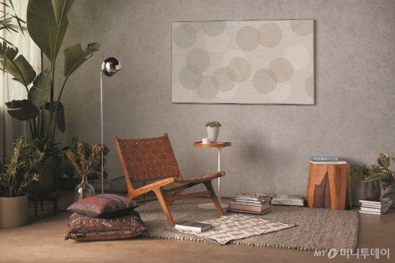삼성 QLED TV에 날씨와 시간에 따라 색채와 움직임이 변하는 세계적인 디자이너 '스홀턴 & 바잉스' 작품의 매직스크린 모드가 띄워져 있다./사진제공=삼성전자