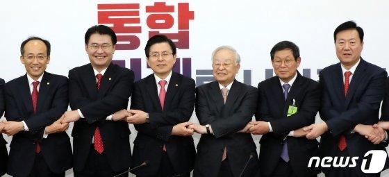 황교안 자유한국당 대표(왼쪽에서 세번째)가 19일 서울 여의도 국회에서 열린 손경식 한국경영자총협회장(왼쪽에서 네번째)과 면담에서 손을 맞잡고 있다. /사진=뉴스1