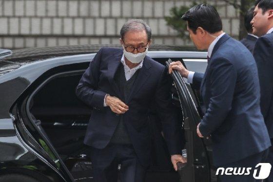 [사진] 항소심 공판기일 출석하는 이명박 전 대통령