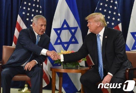 도널드 트럼프 미국 대통령(우)과 베냐민 네타냐후 이스라엘 총리. © AFP=뉴스1