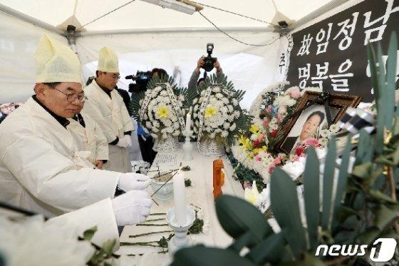 [사진] 故 임정남 씨 영정에 분향하는 서울개인택시운송사업조합원들