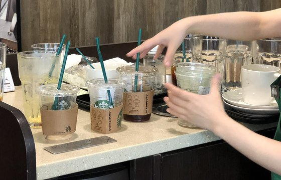 카페 직원이 '일회용컵' 매장 내 사용금지가 시작된 지난해 8월 1일 오후 서울 시내 한 카페 내에서 고객들이 사용한 일회용 컵을 정리하고 있는 모습./사진=뉴스1