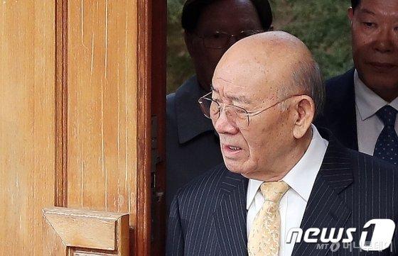 사자명예훼손 혐의를 받고 있는 전두환 전 대통령이 지난 11일 오전 광주지법에서 열릴 재판에 참석하기 위해 서울 서대문구 연희동 자택을 나서고 있다. /사진제공=뉴스1