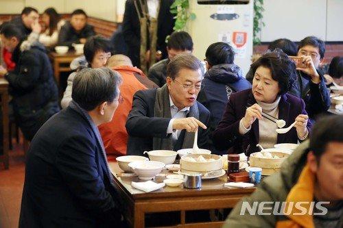 【베이징(중국)=뉴시스】전진환 기자 = 문재인 대통령과 부인 김정숙 여사가 14일 오전(현지시각) 중국 베이징 조어대 인근의 한 현지식당에서 유탸오와 더우장(중국식 두유)으로 아침식사를 하고 있다.   유타오는 밀가루를 막대 모양으로 빚어 기름에 튀긴 꽈배기 모양의 빵으로 더우장(중국식 두유)에 적셔서 먹는 것으로 중국인들이 즐겨 먹는 아침 메뉴 중 하나다. 2017.12.14.   amin2@newsis.com   <저작권자ⓒ 공감언론 뉴시스통신사. 무단전재-재배포 금지.>