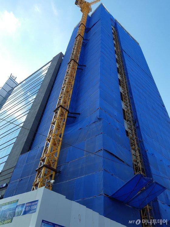 배우 손예진씨가 지난해 초 약 41억원의 차익을 남기고 매각한 마포구 서교동 부지에 지상 17층 높이의 오피스텔이 건축 공사가 진행되고 있다. /사진=김희정 기자 dontsigh@mt.co.kr