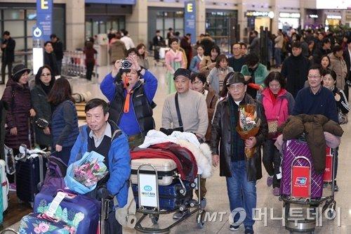 2017년 말 인천공항을 통해 입국하는 중국인 단체 관광객들의 모습. 이후 유커 방한 정상화를 기대했지만 2019년까지 사실상 크게 개선되지 못하고 있다. /사진=뉴스1