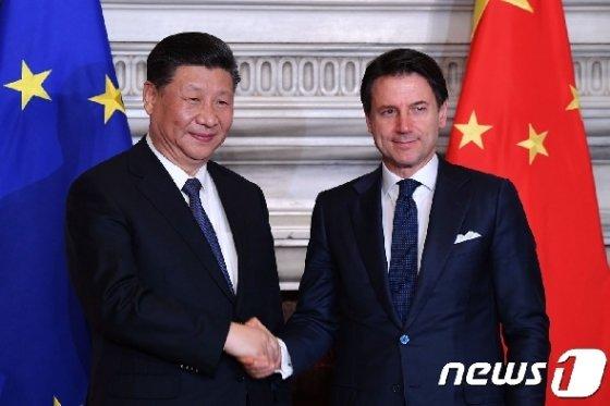 지난 23일 시진핑 중국 주석과 쥐세페 콘테 이탈리아 총리가 일대일로 MOU에 서명하고 악수하고 있다. © AFP=뉴스1