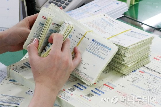6일 서울 중구 한국전력 서울지역사업소에서 직원들이 가정으로 배부될 지난 7월 전기요금 고지서를 분류하고 있다. 2018.8.6/사진=뉴스1