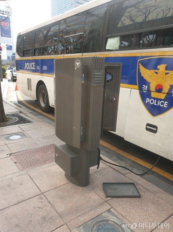 광화문광장에 정차중인 경찰청 버스. 서울시내 전의경 차량 버스들은 이 같은 전기분전함을 통해 무시동으로 냉난방을 유지할 수 있는 장치가 달렸다./사진=오세중 기자