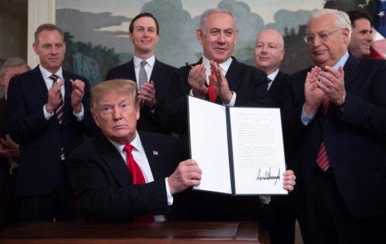 지난 25일 도널드 트럼프 미국 대통령이 이스라엘의 골란고원 주권을 인정하는 포고문에 서명하며 베냐민 네타냐후 이스라엘 총리의 안보 이슈화에 더욱 불을 지폈다. /AFPBBNews=뉴스1