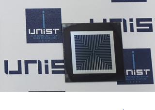 UNIST와 신성E&G가 국내 최초로 개발한 페로브스카이트 실리콘 탠덤 태양전지의 모습/사진=UNIST