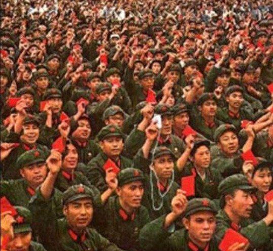 홍위병들이 소홍서를 들고 마오쩌둥에게 찬성을 표시하고 있다 - 바이두 갈무리