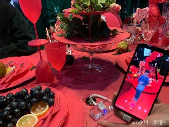강남역 인근 강남대로에 위치한 LG유플러스의 5G 팝업스토어 '일상로5G길' 2층 레스토랑에서는 AR(증강현실) 앱을 체험할 수 있다./사진=김주현 기자