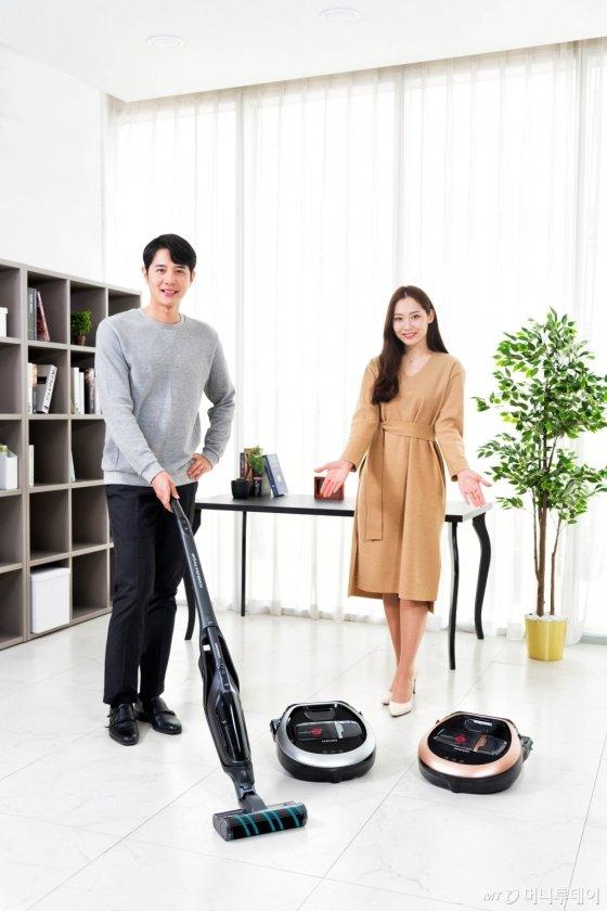 삼성전자가 2일 한국형 주거 환경에 최적화된 로봇청소기 '파워봇'과 핸디 겸용 스틱 청소기 '파워스틱' 신제품을 출시했다./사진제공=삼성전자