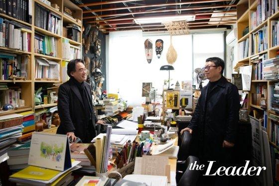 ▲이충기 교수(왼쪽)의 연구실을 찾은 장윤규 운생동 건축사사무소 대표가 환담을 나누고 있다.