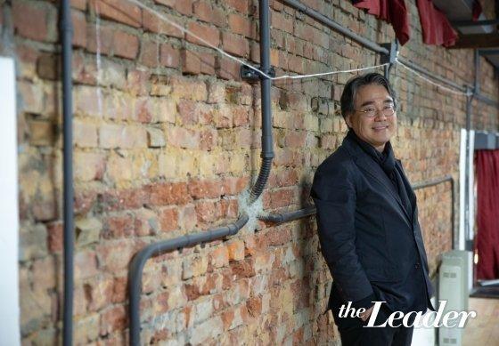 ▲이충기 교수가 예전 벽돌이 고스란히 드러난 벽 앞에서 포즈를 취하고 있다.