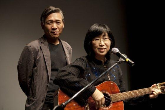 올해 데뷔 40주년을 맞은 정태춘(왼쪽)-박은옥 부부.