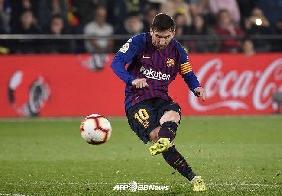 3일 비야레알전 후반 45분 2-4에서 3-4를 만드는 프리킥 골을 성공시킨 리오넬 메시. /AFPBBNews=뉴스1<br /> <br />