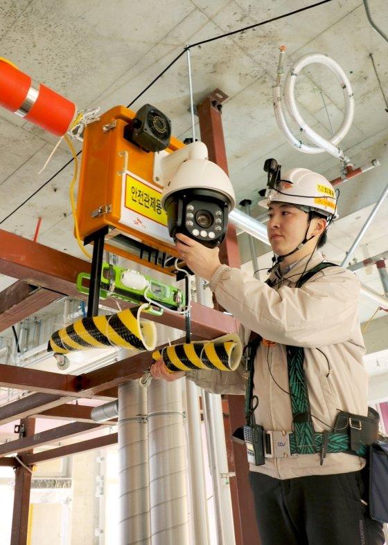 '미사강변 SK V1 센터' 공사현장 안전관리자가 지능형 이동식 CCTV를 설치하고 있다./사진= SK건설