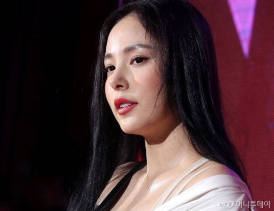 탤런트 민효린이 4일 저녁 서울 성수동 레이어57에서 열린 디올 어딕트 스텔라 샤인 립스틱 론칭 파티에 참석하고 있다.