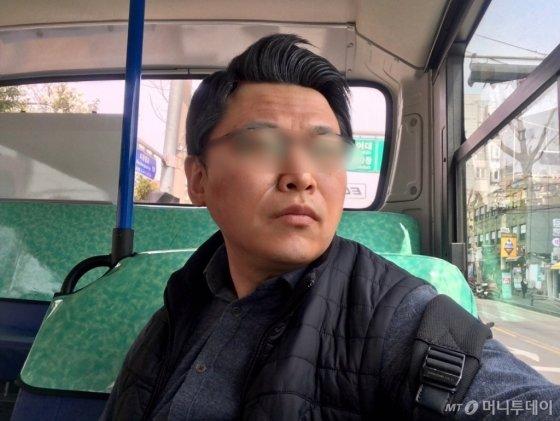 마을버스를 타고 창밖을 구경하는 기자. 자리가 없을까봐 조마조마했다. 버스 기사는 자리에 앉을 때까지, 출발하지 않는 배려를 보여줬다. 가방 줄 한쪽을 걸쳐주는 멋을 부려봤다./사진=남형도 기자