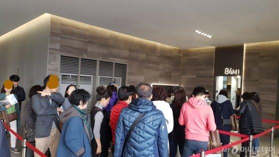 '청량리역 한양수자인 192' 견본주택 방문자들이 내부 구경을 위해 줄을 서서 기다리고 있다./사진= 박미주 기자