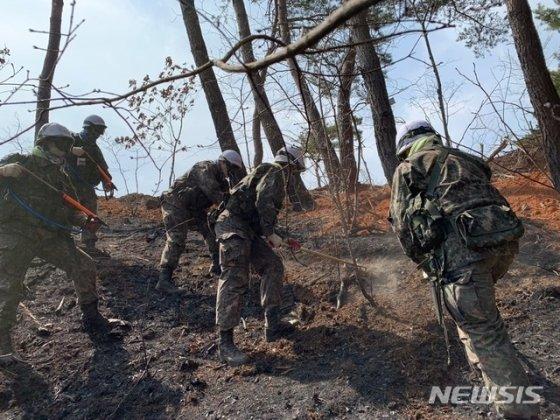 【인제=뉴시스】한윤식 기자 = 5일 오후 육군 3공병여단 장병들이 강원 인제군 남면 남전리 산불현장에서 잔불을 정리하고 있다. 2019.04.05.   nssysh@newsis.com / 사진=한윤식