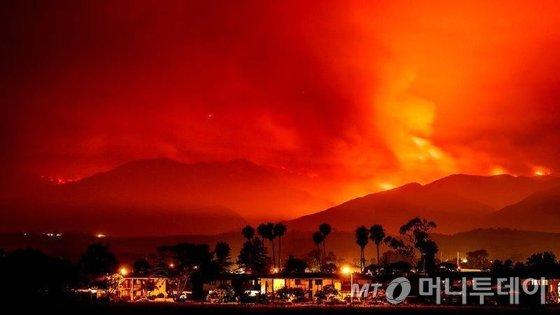 2017년 7월 8일(현지시간) 미국 캘리포니아 주 산타이네즈의 휘티어 산불이 붉게 타오르는 모습이 보인다.   © 로이터=뉴스1