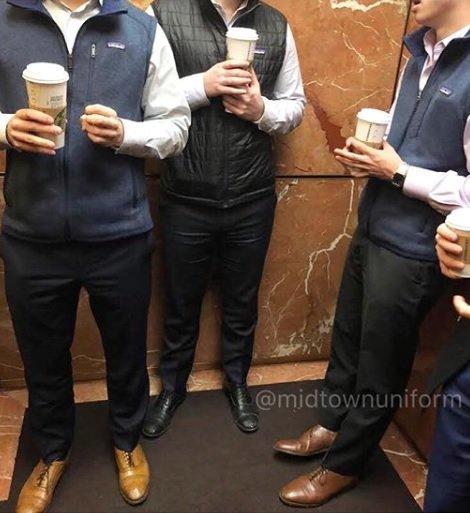 월스트리트에서 파타고니아 조끼를 입고 있는 사람들. /사진=midtownuniform 인스타그램