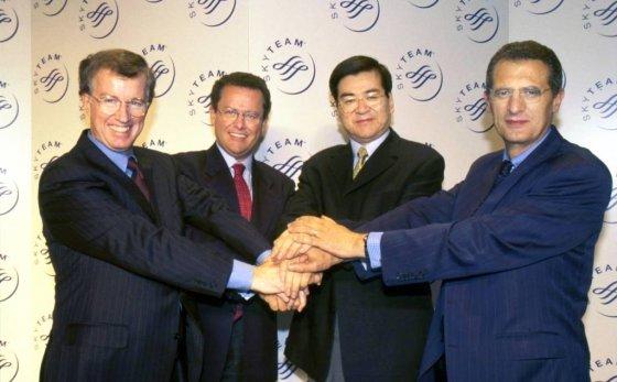 2000년 글로벌 항공사 동맹체인 '스카이팀'을 창설한 조양호(오른쪽 두번째) 한진그룹 회장이 회원사 대표들과 기념촬영을 하고 있다. /사진제공=한진그룹