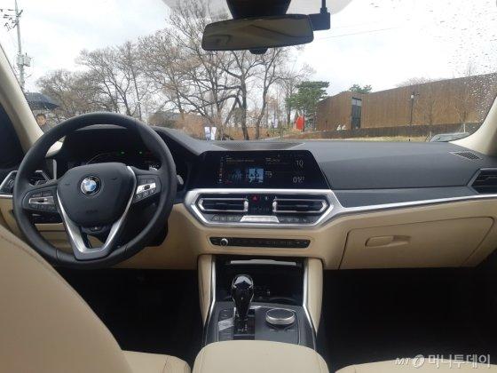 BMW 7세대 3시리즈 가솔린 모델 330i xDrive 럭셔리 차량 내부 모습. /사진=이건희 기자