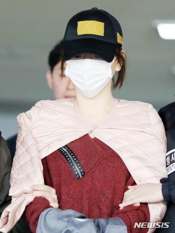 남양유업 창업주의 외손녀 황하나씨가 12일 오전 경기 수원남부경찰서에서 검찰로 이송되고 있다./사진=뉴시스