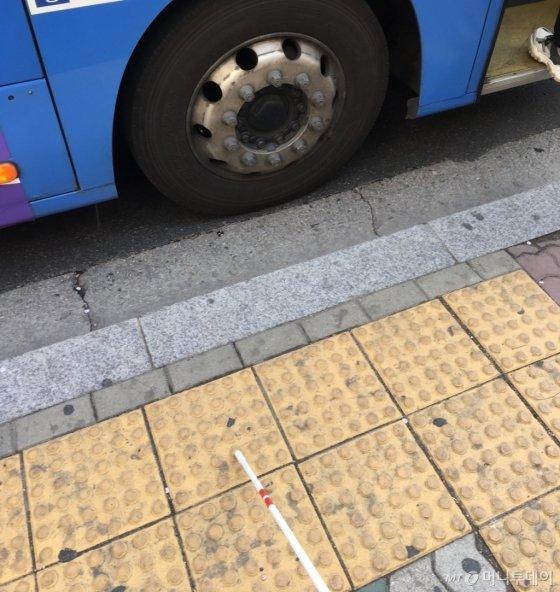 타야할 버스가 왔는데, 그게 몇 번 버스인지 알 길이 없었다. 눈을 감고 찍었다./사진=버스 10대 보내고 추위에 떠는 남기자
