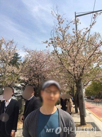 지나가는 이에게 사진을 찍어달라 부탁했다. 한 장은 벚나무가 듬성듬성 있는 곳으로 찍고, 또 다른 한 장은 뒤돌아서 찍었다. 예쁘게 찍어준, 얼굴 모를 누군가에게 감사하다. 혹시 이 기사를 본다면 댓글을 남겨주기를./사진=고마운 윤중로 행인