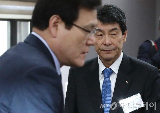 최종구 금융위원장(왼쪽)과 이동걸 산업은행 회장/사진=머니투데이DB