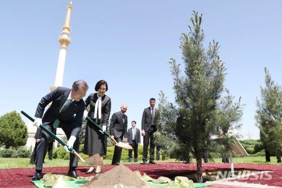 【아시가바트(투르크메니스탄)=뉴시스】박진희 기자 = 투르크메니스탄을 국빈 방문중인 문재인 대통령이 17일 오후(현지시각) 아시가바트 투르크메니스탄 독립기념탑 정원에 기념식수를 하고 있다. 2019.04.17.   pak7130@newsis.com