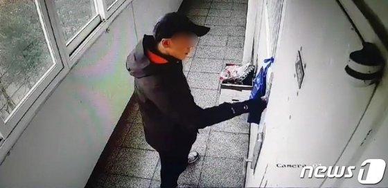 17일 오전 경남 진주시 가좌동의 한 아파트에서 방화·살인을 저지른 안모(42)씨가 과거에 본인의 위층 집을 찾아 벨을 누르며 문을 열려고 시도하는 모습이 사설 폐쇄회로(CCTV)에 기록된 모습./사진=독자제공
