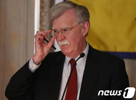 (마이애미 AFP=뉴스1) 우동명 기자 = 존 볼턴 백악관 NSC 보좌관이17일(현지시간) 플로리다주 마이애미에서 대 쿠바 제재안을 발표하고 있다. 볼턴 보좌관은 이날 쿠바 내 경제·기업 활동을 옥죄는 정책을 20여년 만에 재시행하고 자국민의 여행·송금도 일부 제한하기로 하며 &#034;사회주의와 공산주의에 대한 미화를 끝내기 위한 조치&#034;라고 말했다.   &#169; AFP=뉴스1  <저작권자 &#169; 뉴스1코리아, 무단전재 및 재배포 금지>