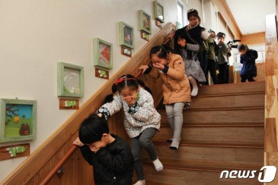 1일 광주 동구 계림동 프란치스카 유치원에서 열린 국가안전대진단 재난대응 훈련에서 어린이들이 대피 훈련을 하고 있다./사진=뉴스1