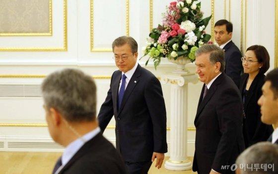 우즈베키스탄을 국빈방문 중인 문재인 대통령이 19일(현지시각) 타슈켄트 대통령궁 영빈관에서 샤프카트 미르지요예프 대통령과 확대회담을 하기 위해 회담장으로 들어서고 있다. /사진=뉴시스