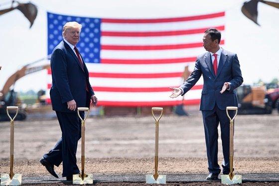 2018년 6월, 폭스콘의 미국 위스콘신주 디스플레이 제조공장 건립 현장에 참석한 트럼프 대통령과 궈타이밍 회장/AFPBBNews=뉴스1