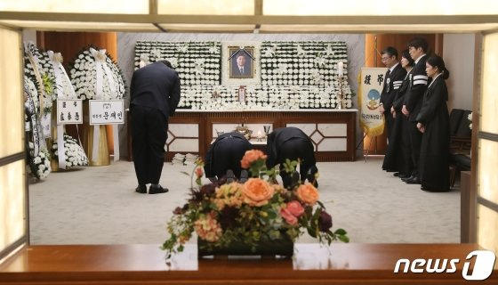 (서울=뉴스1) 박세연 기자 = 추모객들이 21일 오후 김대중 전 대통령의 장남 김홍일 전 민주당 의원의 빈소가 마련된 서울 서대문구 신촌세브란스 병원 장례식장을 찾아 조문을 하고 있다. 2019,4,21/뉴스1