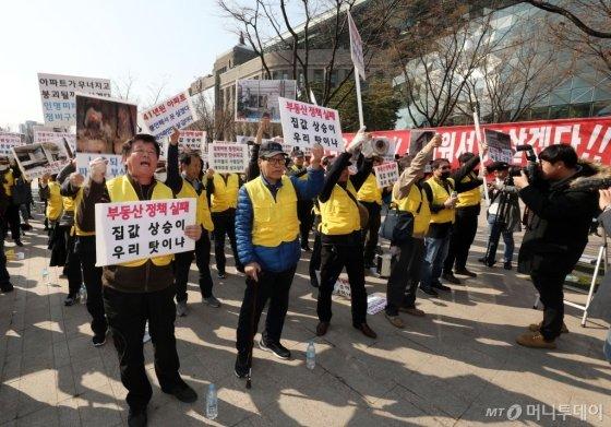 은마아파트 소유자들이 지난달 29일 오후 서울시청 앞에서 재건축 추진을 촉구하는 항의 집회를 진행했다. /사진제공=뉴스1
